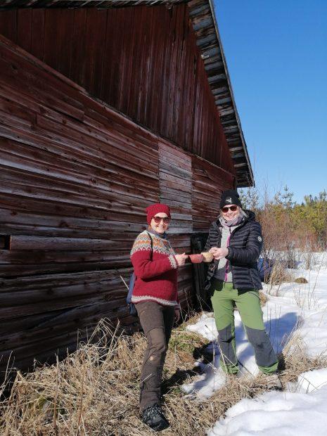 Kaksi naista skoolaavat kuksat kädessä keväisessä maisemassa